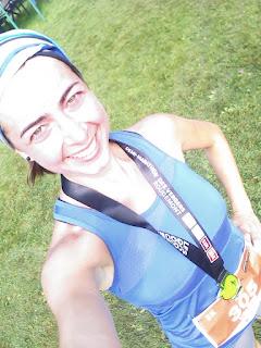 Coureuse médaillée satisfaite Demi-marathon des Vergers