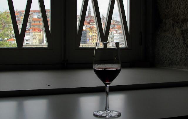 compo de vinho do Porto numa janela com vista para a cidade do Porto