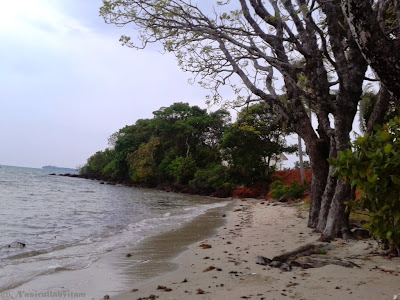 Panorama pantai Ujung Tong/Pantai Lomban pagi hari