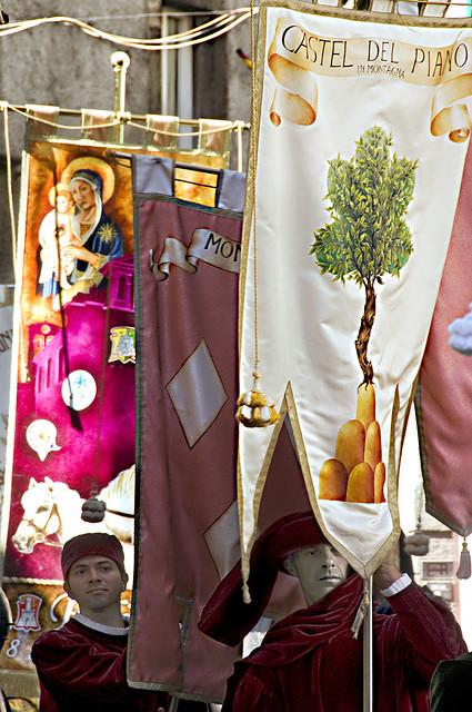 """Em Siena, Itália, as """"contrade"""" ou bairros, revivem em esplendorosa festa suas glórias seculares. Os bairros estavam ligados a um artesanato ou profissão manual."""