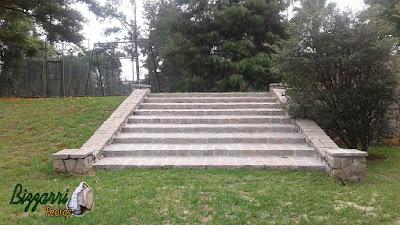 Escada com pedra folheta com as muretas de pedra, capas de pedra, revestimento de pedra nas paredes em sede da fazenda em Atibaia-SP.