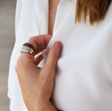 anillo de compromiso bonito de oro blanco