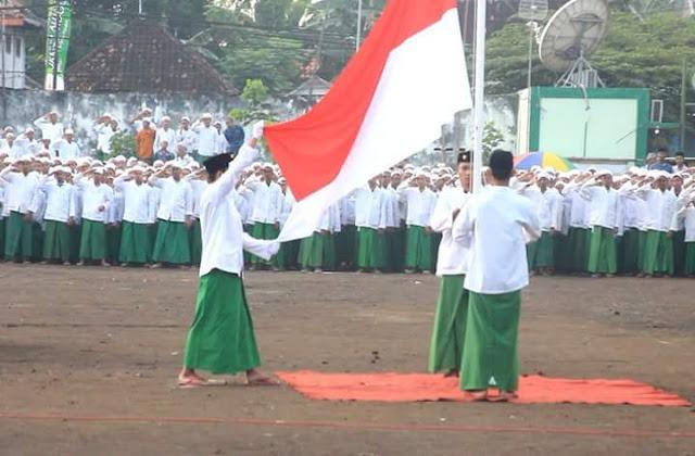 Mempertanyakan Kewarasan Kelompok yang Anggap Hormat Bendera itu sama dengan Menyembah