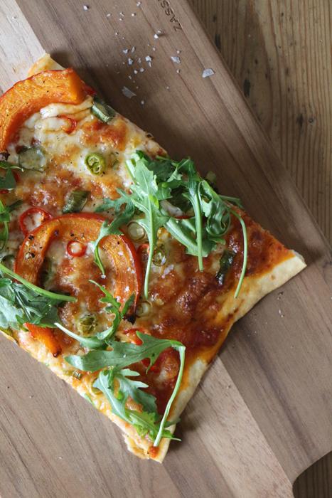 Pizza mit Kürbis, Chili und Rucola