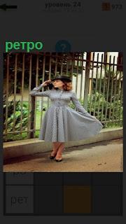 девушка в платье показывает в прошлом ретро какие были