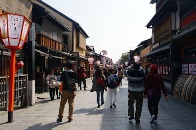 Hanamikoji dori in Kyoto Japan