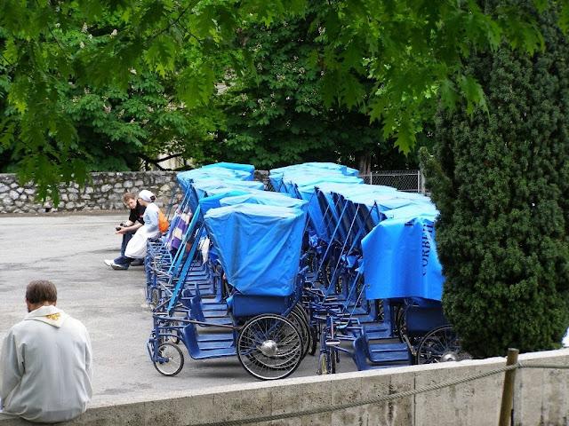 Hospitaliers au sanctuaire de Lourdes ©Défrade