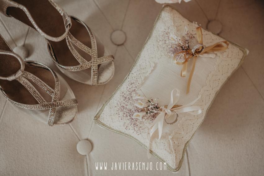 anillos y zapatos de novia