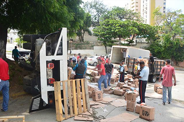 Se volcó un camión con 650 cajas de CLAP