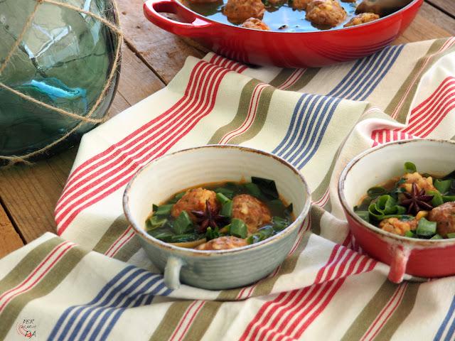 Albóndigas de cerdo y gambas, fritas y acabadas de cocer en un aromático caldo de gambas con toques asiáticos