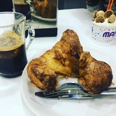 Merienda, helado, croissant, café solo con hielo, La Masiá San Vicente del Raspeig,