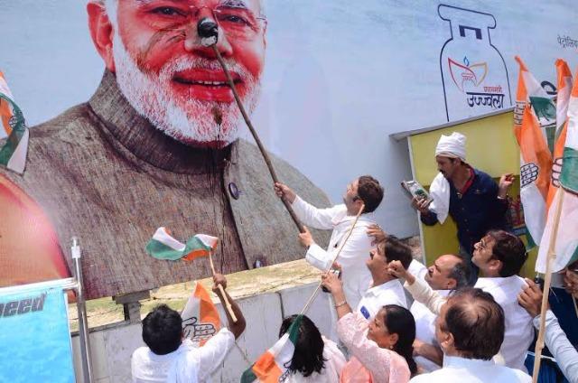 Image result for कांग्रेसियों ने PM मोदी के पोस्टर पर पोती कालिख