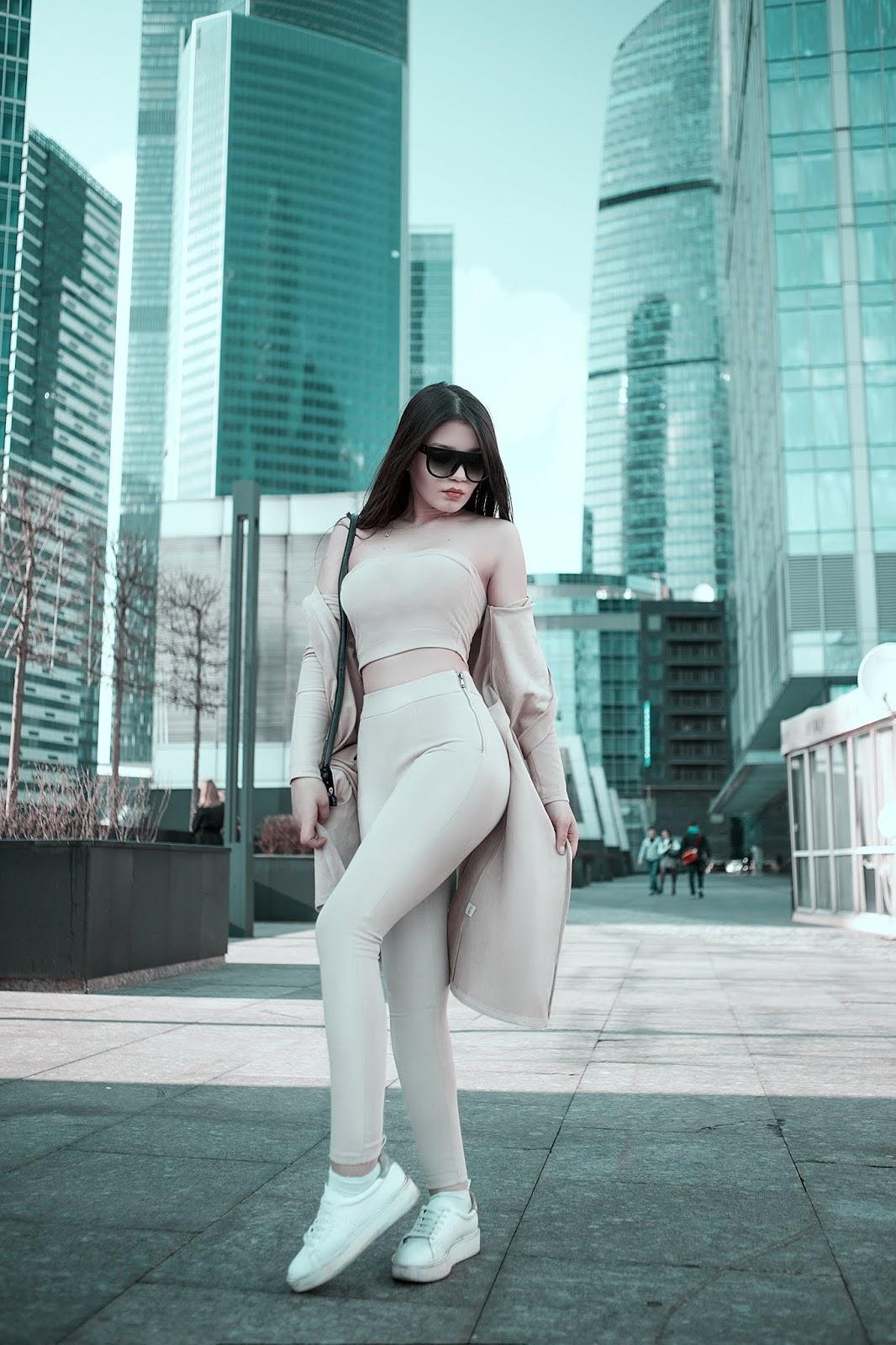 Beyaz Giyinen Kadın