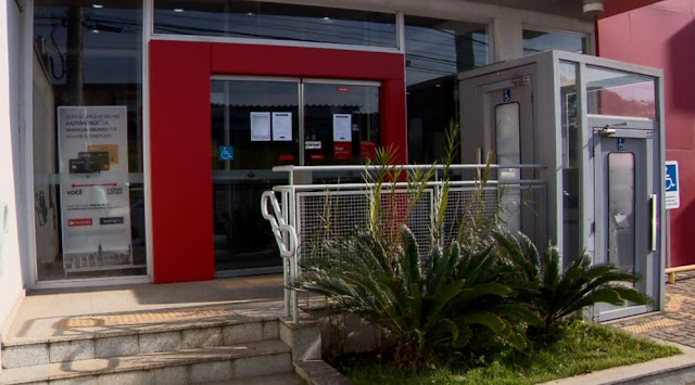 Criminosos quebraram parede em parte interna do banco em Varginha (MG) (Foto: Devanir Gino/EPTV)