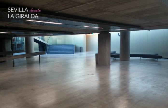 zona interrior Caixa Forum Sevilla, entre dos zonas de escaleras