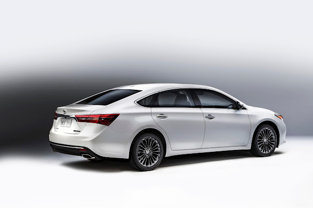 Rear 7/8 view of the 2016 Toyota Avalon