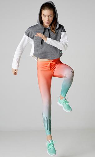 sudadera, legging deportivo y zapatillas Bershka