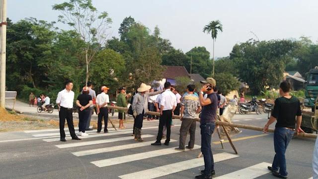 Người dân chặn đường BOT Hòa Lạc – Hòa Bình