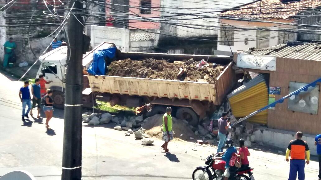 Caminhão caçamba perde controle e destrói parte de comércio, na Paraíba
