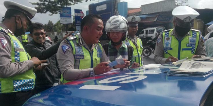 Petugas Polres Tangsel saat Operasi Simpatik di Ciputat.