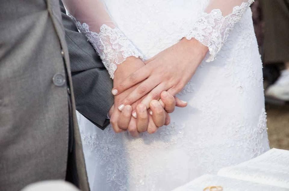 casamento-sitio-maos-noivos