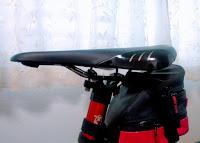 薄っぺらいロードバイクの黒いサドル
