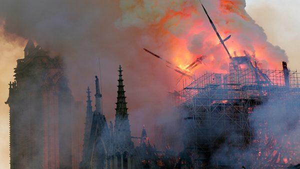 """السلطات الفرنسية تعلن السيطرة على حريق كاتدرائية """"نوتردام"""" التاريخية"""