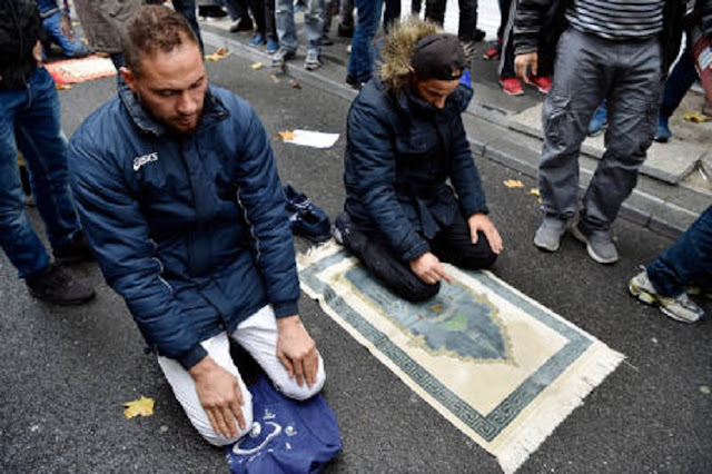 Dianggap Mengganggu, Prancis Larang Shalat Jumat di Jalan-jalan Paris