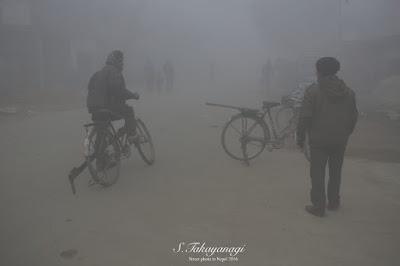 朝8時ごろでも濃霧のルンビニの町の風景