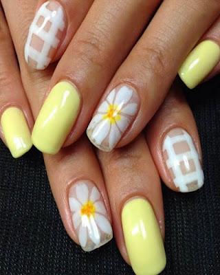 diseño de uñas amarillas con flores