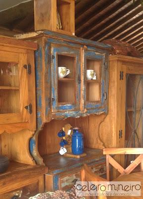armário rústico em madeira de demolição com descascado azul