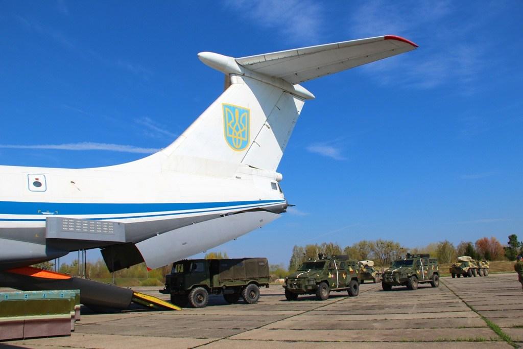 Ukrainian Military Pages- завантаження БТР-3ДА,  КрАЗ «Спартан» та ГАЗ-66 до літака Іл-76