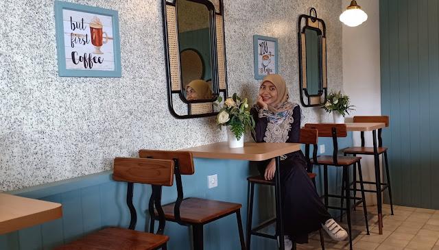 Lurik Coffe & Kitchen merupakan tempat nongkrong baru bernuansa tradisonal modern milik duo pasangan romantis Andhika Pratama dan Ussy Sulistiawaty. Lihat aja itu barisan cangkir atau tempat minum kuno yang berjejer rapi di atas. Jadi nostalgia masa-masa almarhumah mbah kakung sama mbah putri kalau lagi ngeteh atau ngopi sore-sore ya pakai cangkir ini :)