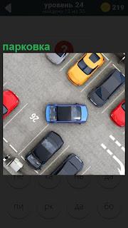 Вид сверху на парковку, где маневрирует машина на стоянку