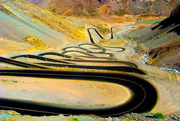 طريق جبلي ملتوي