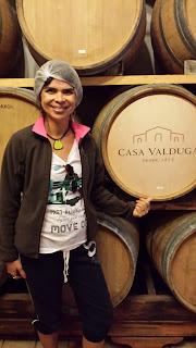 moça e barris de vinho da Casa Valduga