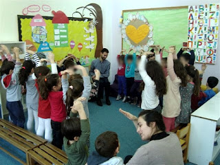 Τα παιδιά χορεύουν και τραγουδάνε μαζί με το Βαγγέλη