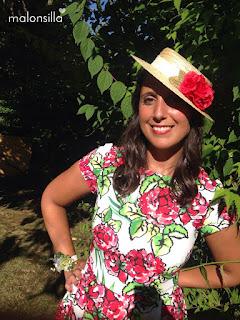 Invitada boda de verano con vestido estampado largo midi con flores rojas y fondo blanco, sombrero canotier con cinta blanca y flores rojas y zapatos rojos