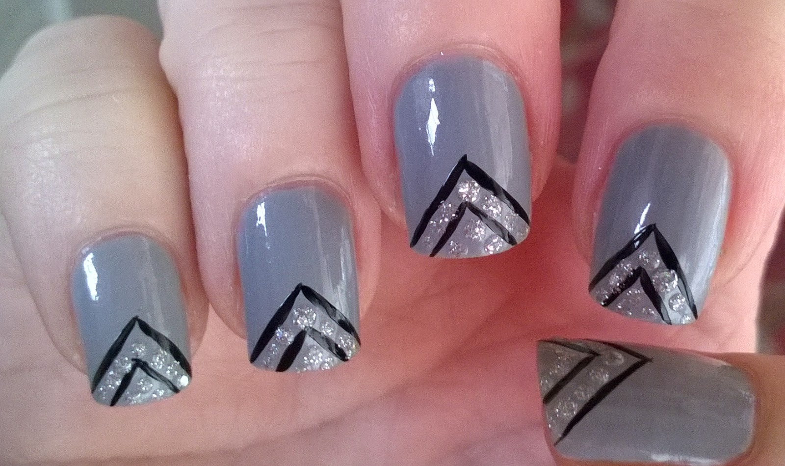 Life World Women: Grey, black and silver glitter nail design