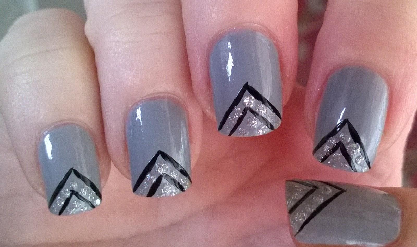 Life World Women: Grey, black and silver glitter nail design