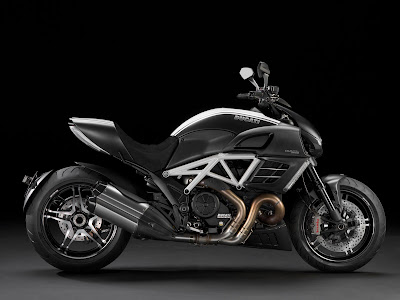 Ducati Diavel Titanium side view image 7