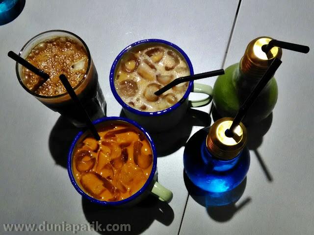 Minuman yang dihidangkan didalam bekas besi dan juga mentol