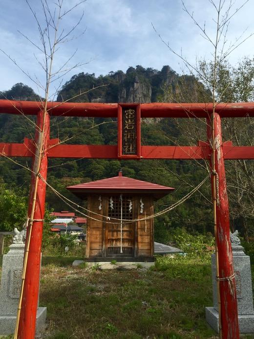 密岩神社から見上げた岩櫃山