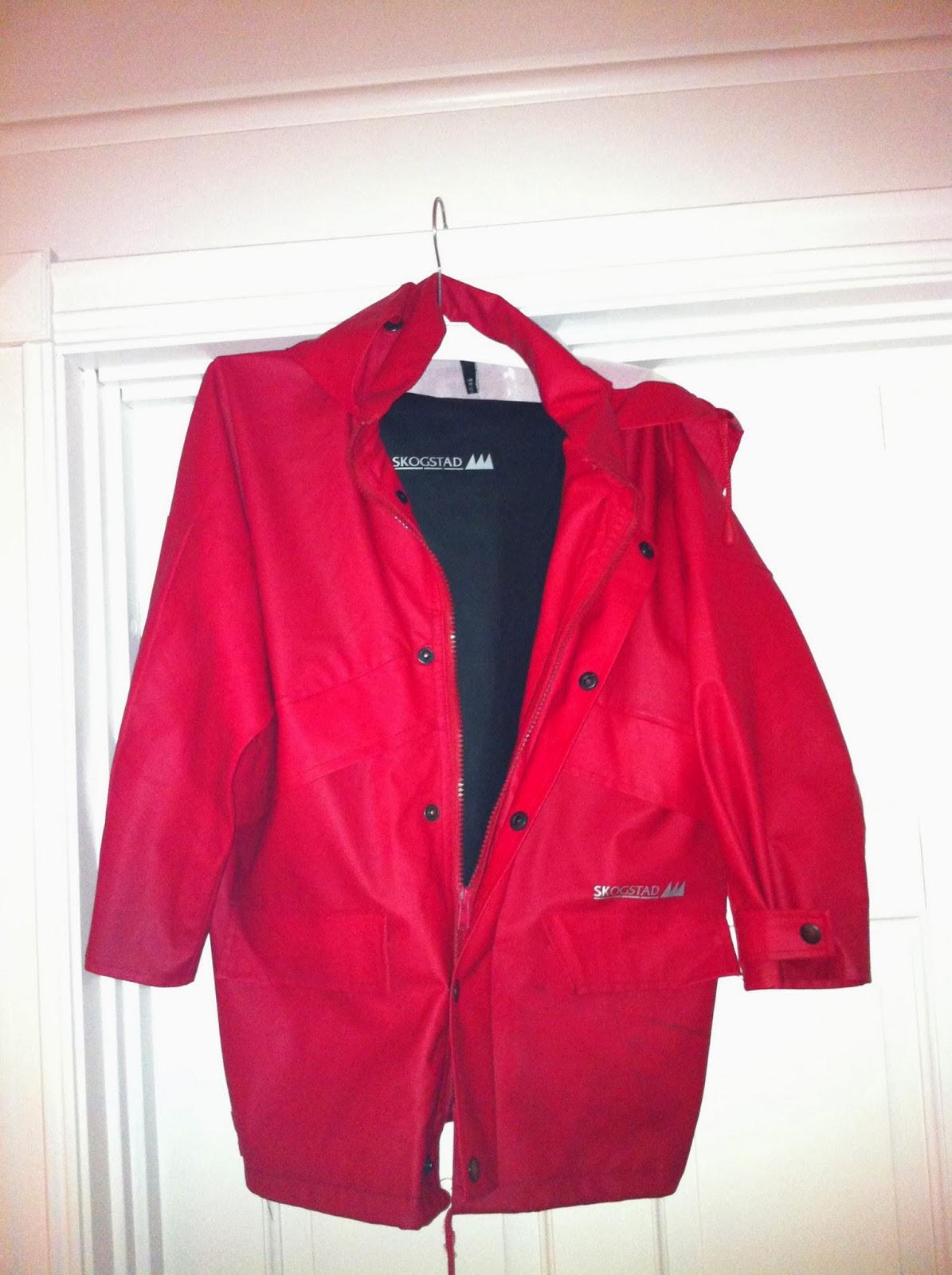 d83e8bf7 rød jakke og svart bukse. selges samlet kr 100