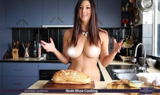 SexiChef dá dicas culinárias toda nua