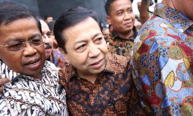 Setelah memberi kesaksian pada sidang Andi Narogong di Pengadilan Tipikor, Jakarta, Jumat (3/11/2017) sebagai saksi dalam kasus dugaan korupsi pengadaan proyek e-KTP. Setya Novanto diduga lewat pintu belakang disebabkan kabur dari kejaran wartawan.   Sontak seluruh memberitakan kejadian tersebut. Hal ini dibantah tegas oleh Sekretaris Jenderal Partai Golkar, Idrus Marham   Idrus mengatakan, saat itu ia dan Novanto hendak menunaikan shalat Jumat.  Dengan alasan dikejar waktu, mereka memutuskan untuk melewati pintu yang biasa digunakan oleh majelis hakim keluar dari ruang sidang.