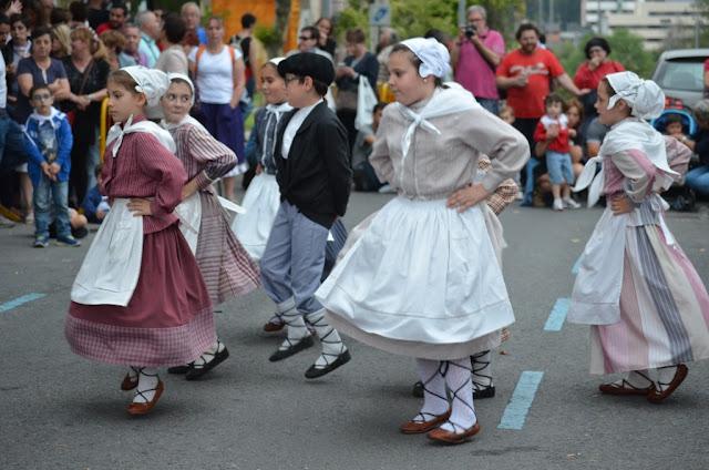 Amaia lleva hasta las fiestas de Llano las danzas vascas al aroma del chocolate de San Juan