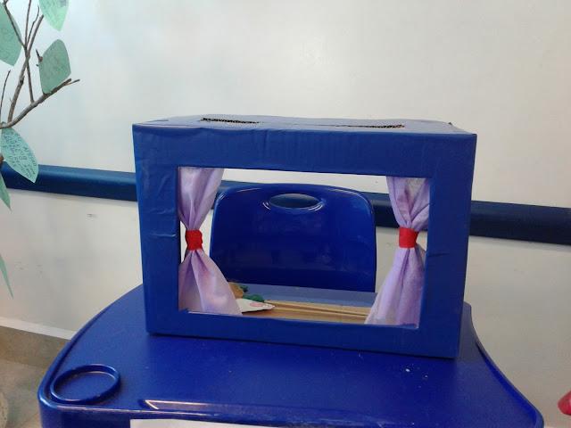 caixa de papelão como cenário para teatro de fantoche e contação de história