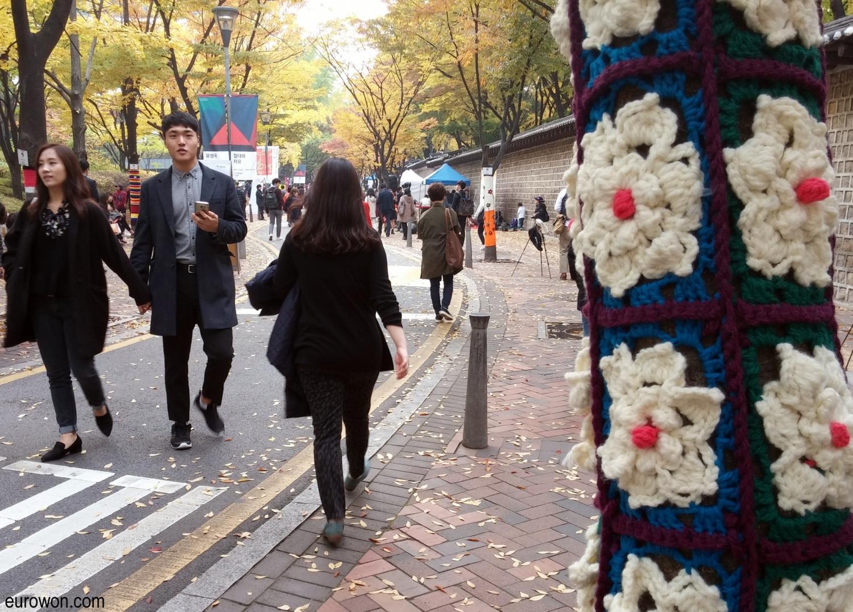 Parejas coreanas paseando por la calle Doldamgil al lado del palacio Deoksugung de Seúl
