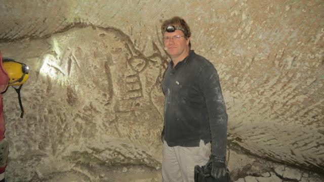 Excursionistas israelíes encuentran grabados de un candelabro y una cruz